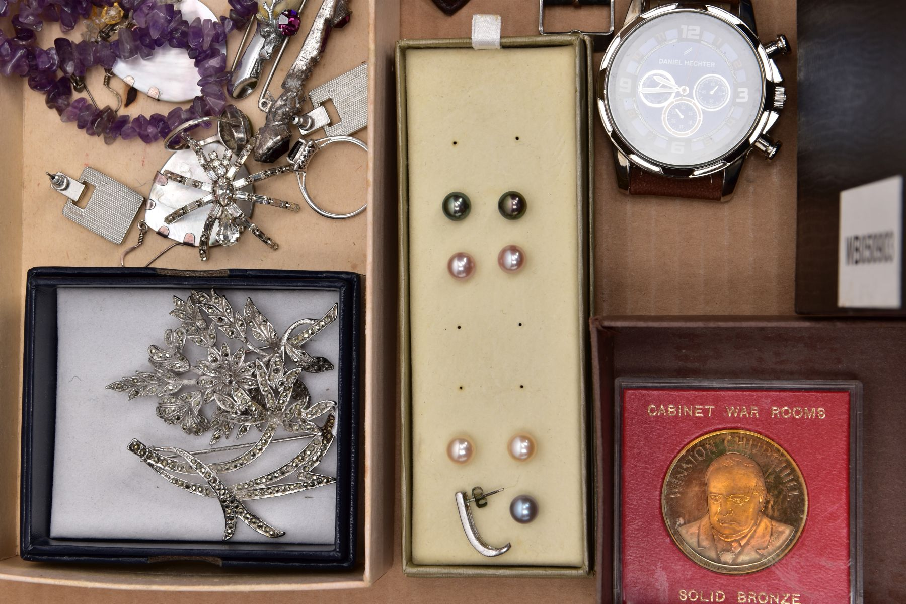 A BOX OF ASSORTED ITEMS AND A BOX OF CUTLERY, to include a variety of costume jewellery such as an - Image 6 of 6