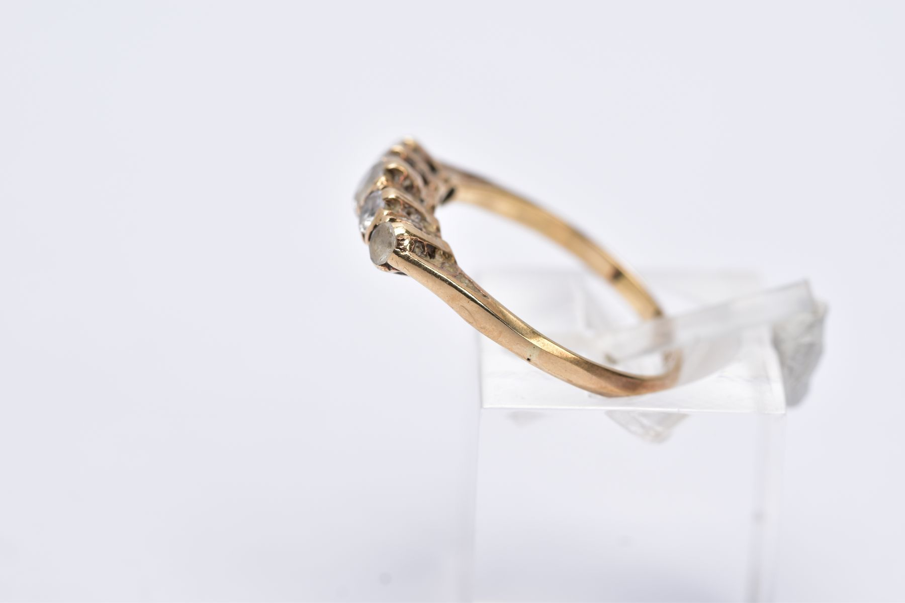 A YELLOW METAL FIVE STONE RING, designed with a row of graduate circular cut colourless spinel's - Image 2 of 4