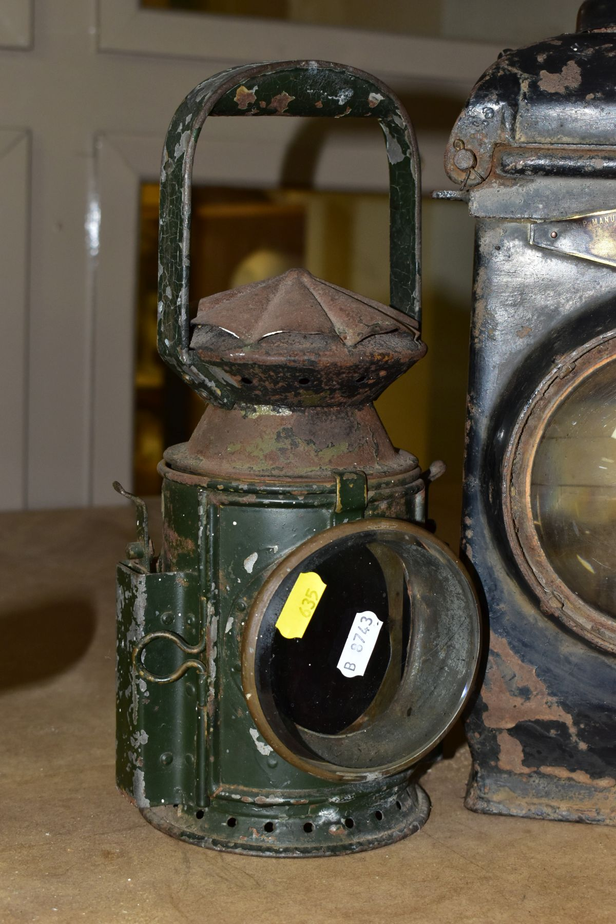 AN ADLAKE NO. 55 RAILWAY LAMP, black painted body with clear bulls eye lens, complete with lift - Image 2 of 8