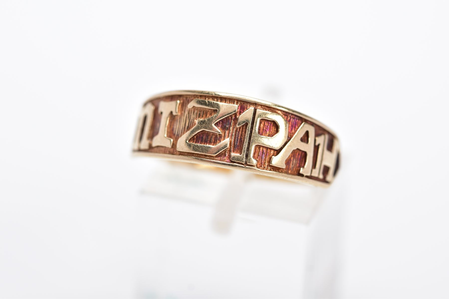 A 9CT GOLD 'MIZPAH' RING, inscribed 'Mizpah' band, with a textured background, hallmarked 9ct gold