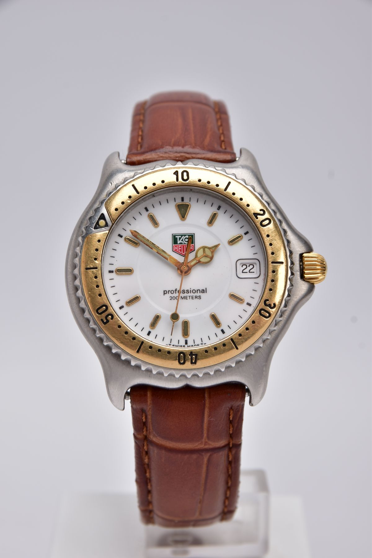 A GENTS 'TAG HEUER' WRISTWATCH, round white dial signed 'Tag Heuer, Professional 200 meters',