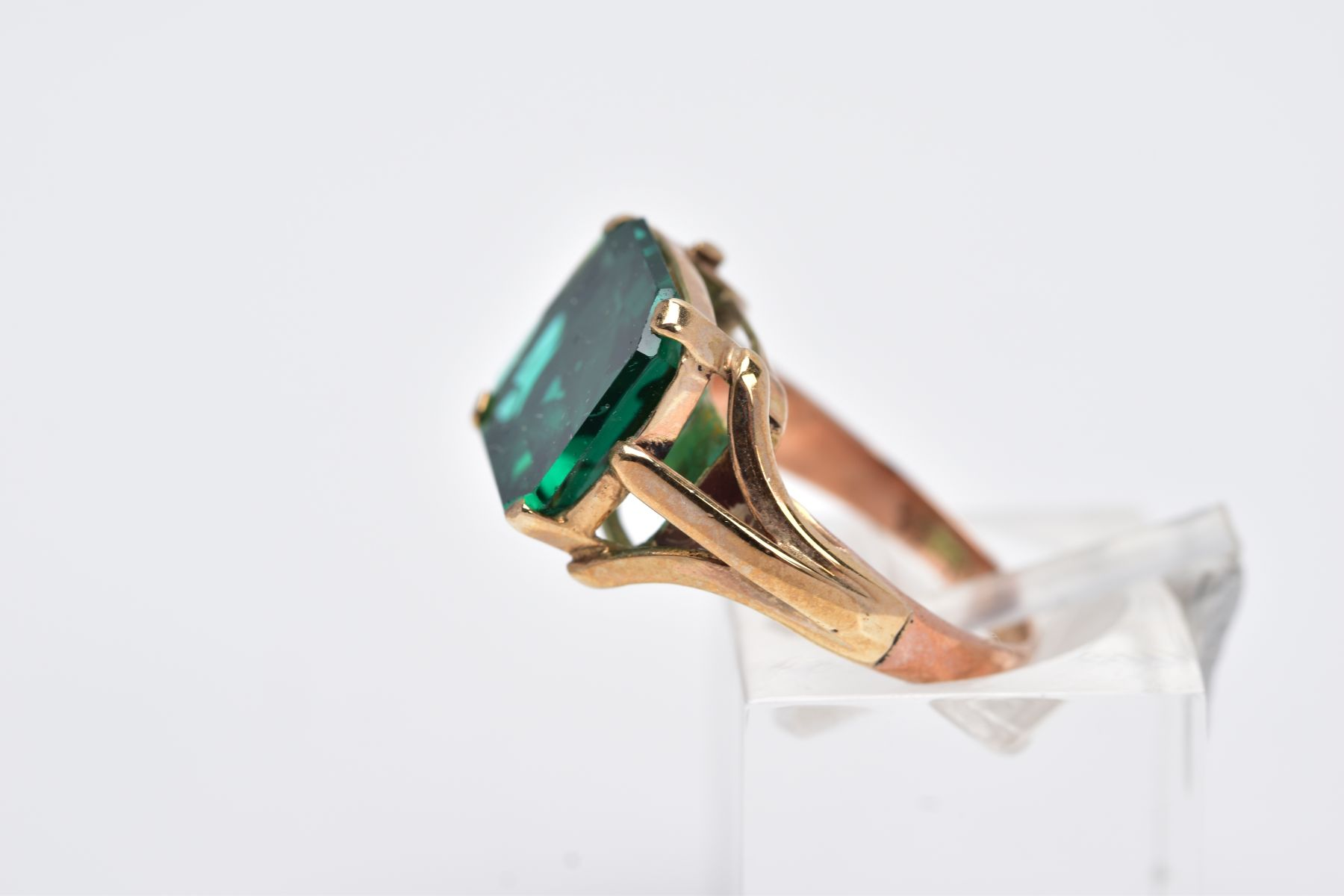 AN EARLY 20TH CENTURY 9CT GOLD SINGLE STONE GREEN PASTE RING, paste stone measuring approximately - Image 2 of 5