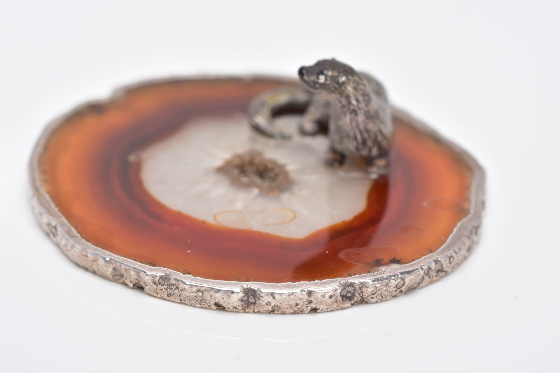 A WHITE METAL OTTER ON AN AGATE AND SILVER MOUNTED BASE, textured figure of an otter fixed onto a - Image 7 of 8