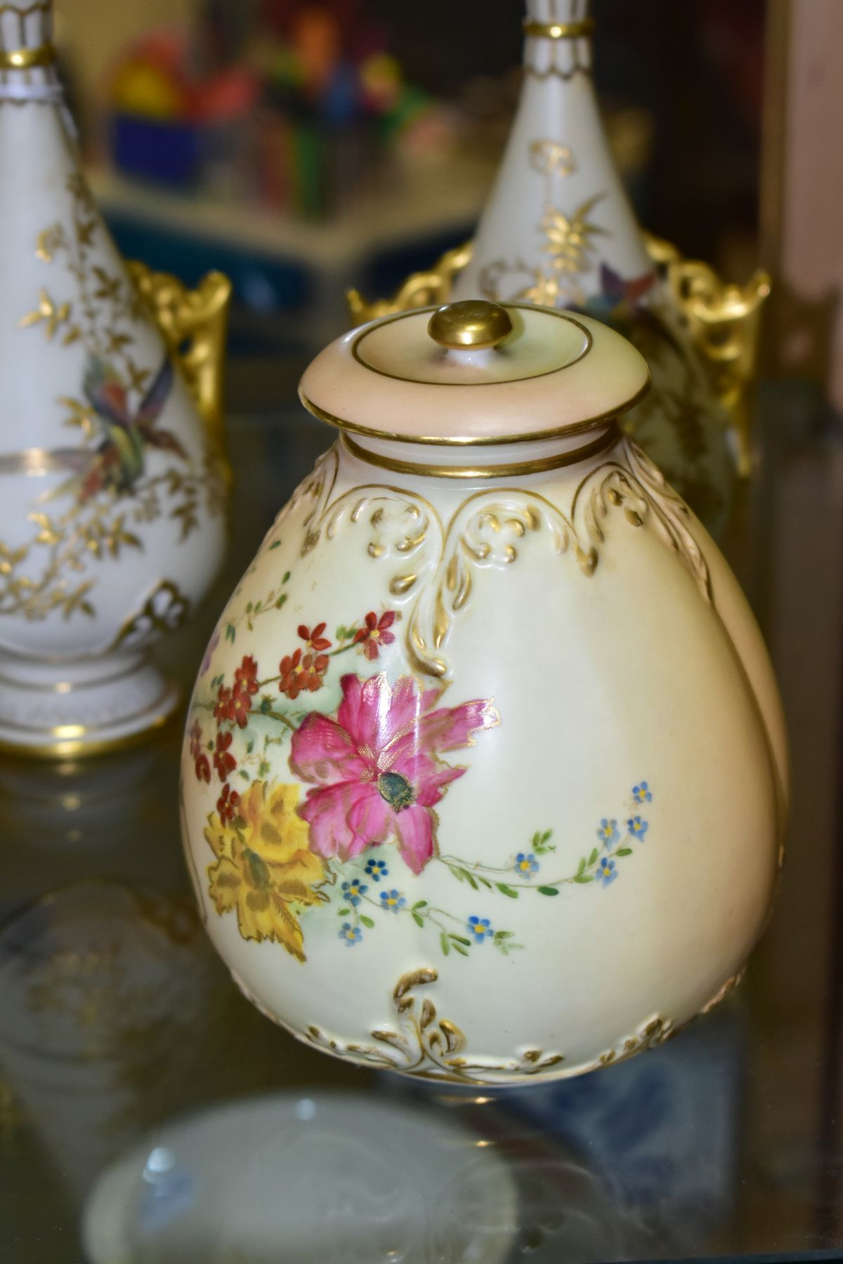 A SMALL COLLECTION OF ROYAL WORCESTER PORCELAIN, comprising a pair of blush ivory conical twin - Image 7 of 9