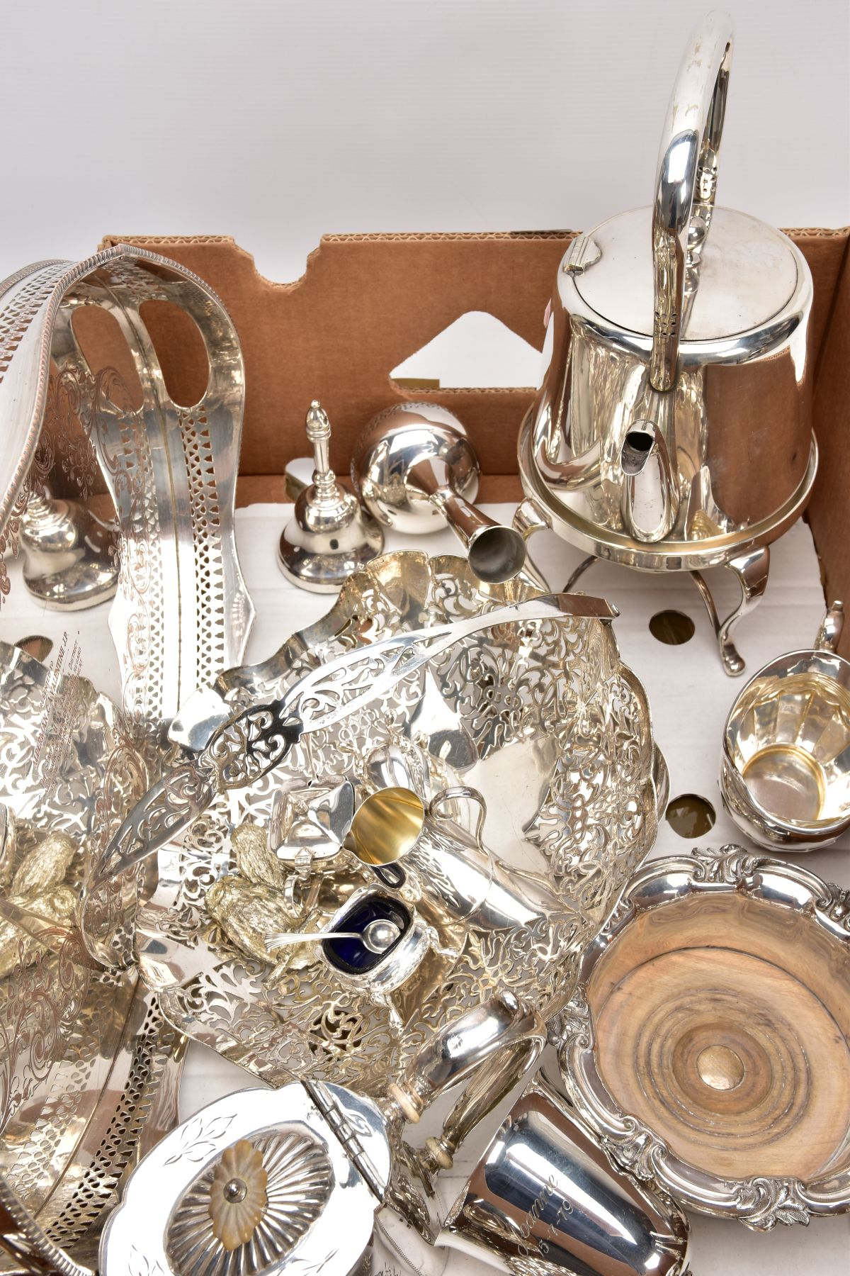 A BOX CONTAINING A QUANTITY OF SILVER PLATED ITEMS, to include a teapot and coffeepot with stand, - Image 5 of 7