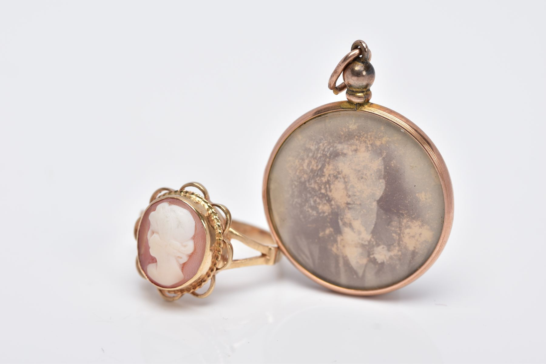 A 9CT GOLD CAMEO RING AND A DOUBLE SIDED PHOTOGRAPH, of an oval form, depicting a lady in profile, - Image 2 of 4