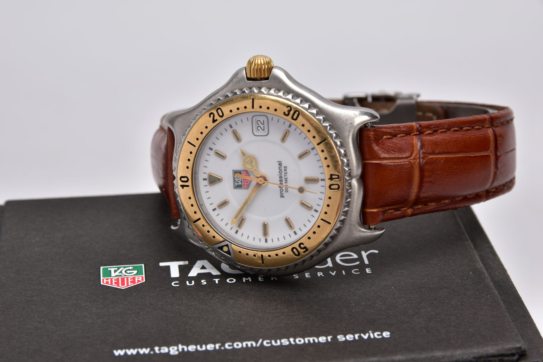A GENTS 'TAG HEUER' WRISTWATCH, round white dial signed 'Tag Heuer, Professional 200 meters', - Image 4 of 6