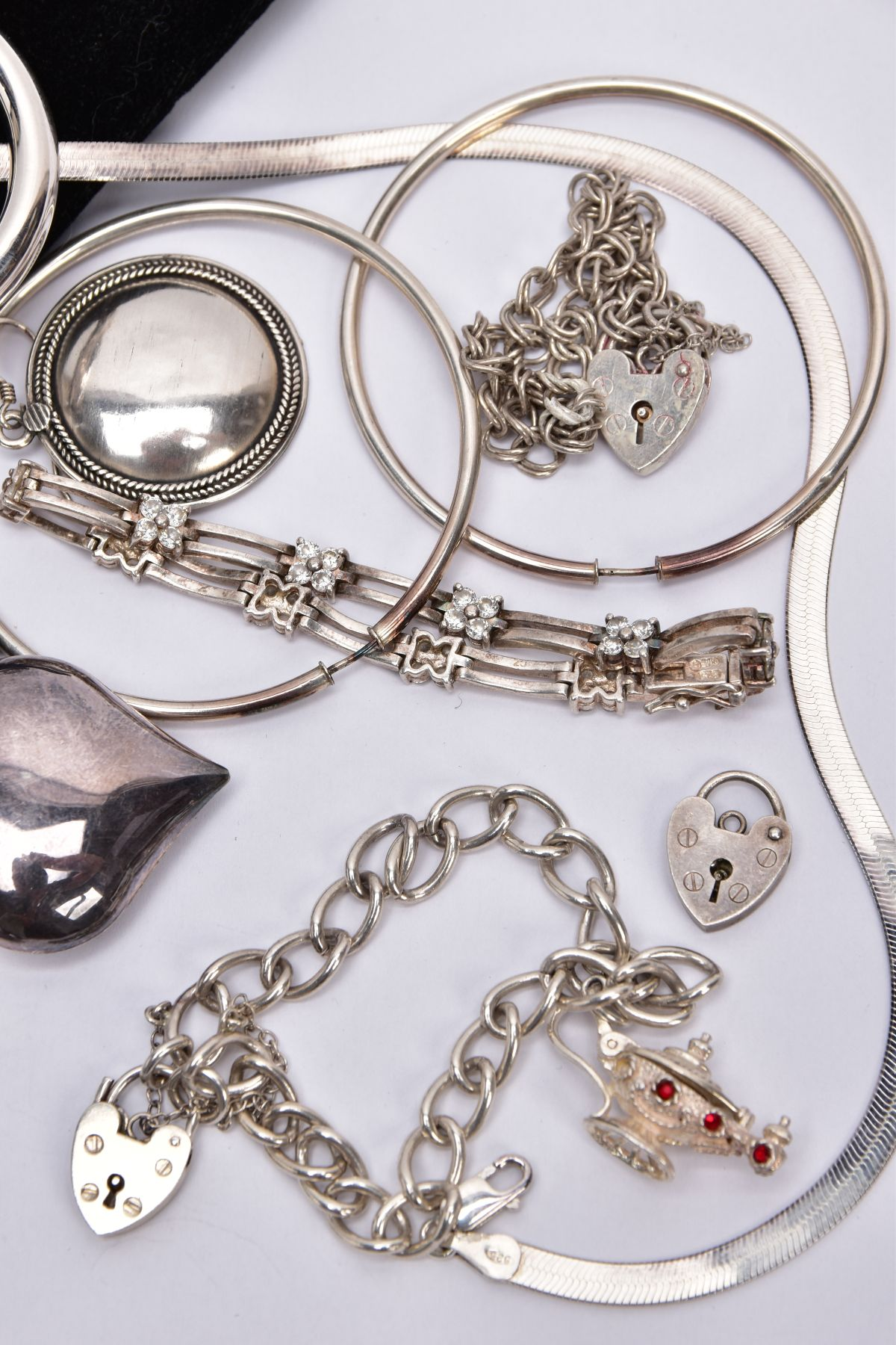 A BAG OF ASSORTED SILVER AND WHITE METAL JEWELLERY, to include a silver charm bracelet suspending - Image 3 of 5