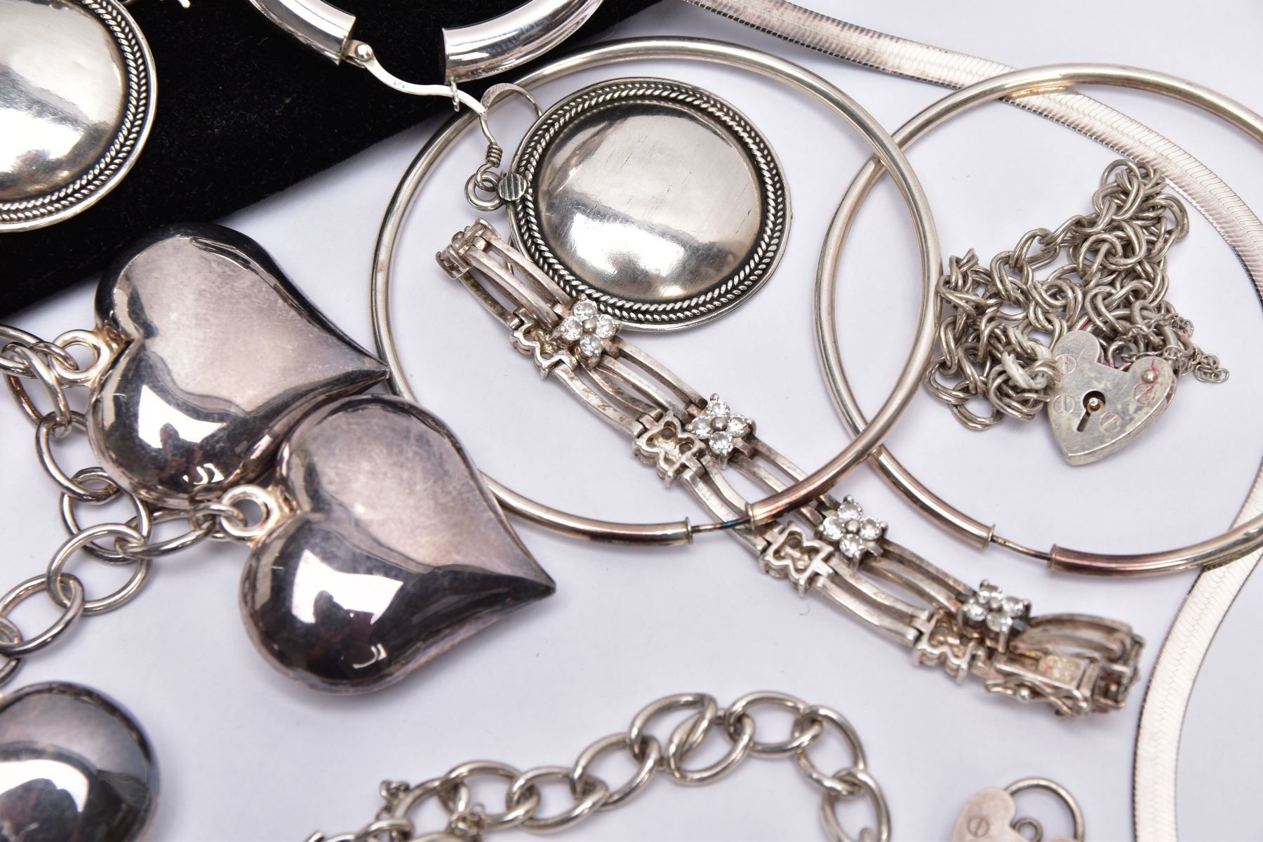 A BAG OF ASSORTED SILVER AND WHITE METAL JEWELLERY, to include a silver charm bracelet suspending - Image 5 of 5