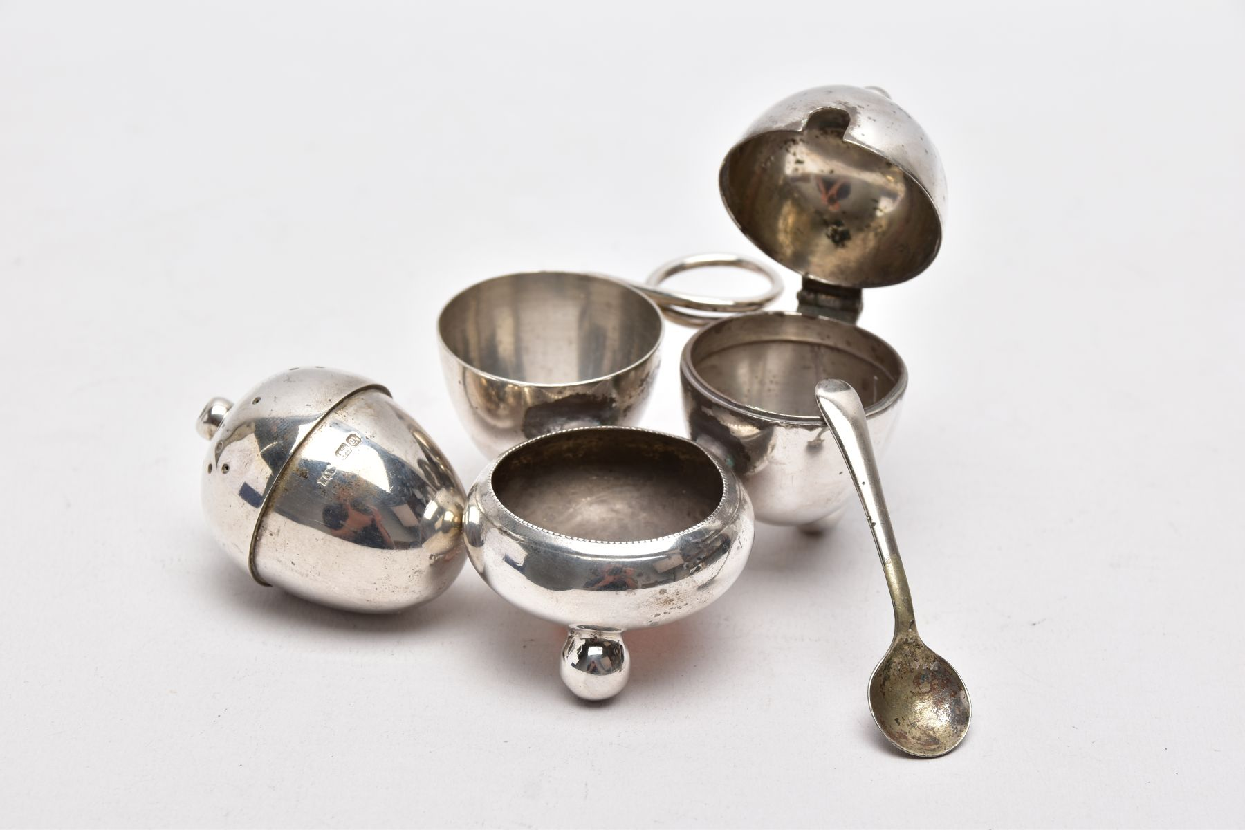 AN EARLY 20TH CENTURY 'MAPPIN & WEBB' CRUET SET, a three piece set with integral strand, - Image 3 of 5