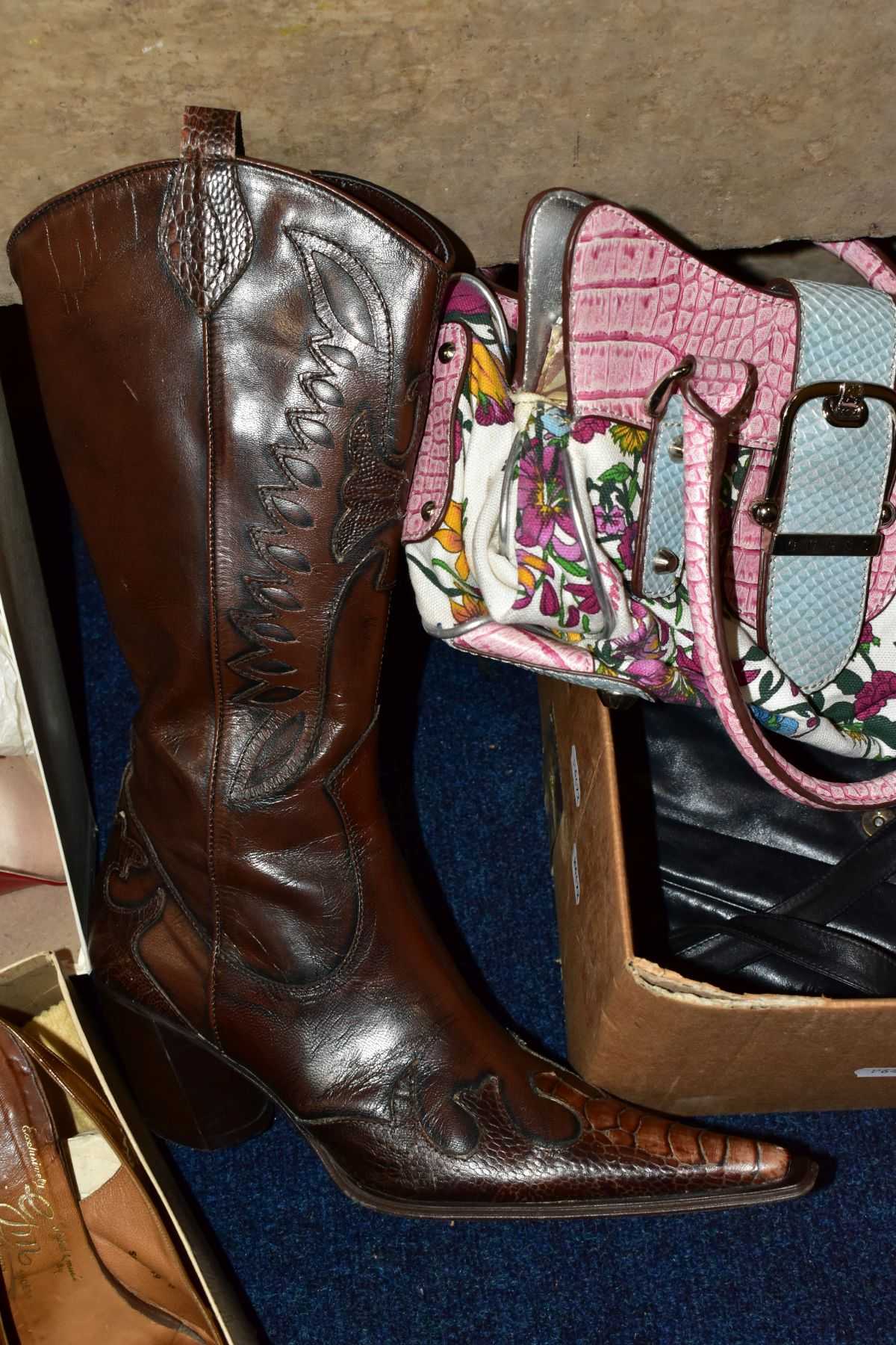 A QUANTITY OF LADIES SHOES AND HANDBAGS, EVENING BAGS, BOXED AND LOOSE, including a boxed pair of - Image 4 of 7