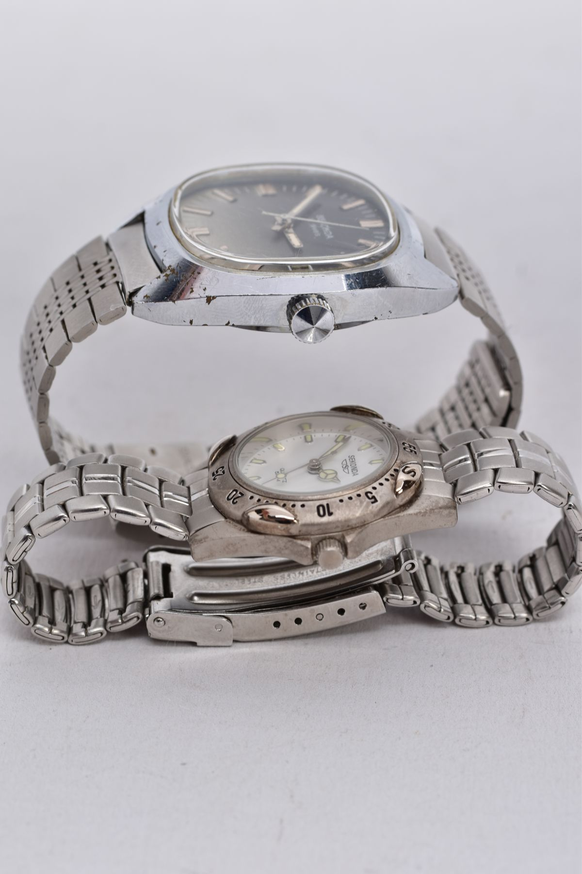 A LADIES AND A GENTS 'SEKONDA' WRISTWATCH, gents hand wound watch with a cushion shaped ombre silver - Image 4 of 4