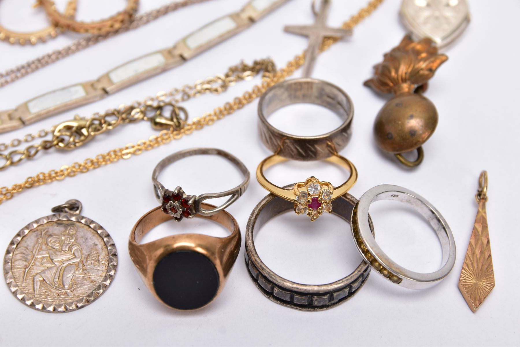 A BAG OF ASSORTED JEWELLERY, to include a 9ct white gold textured band, hallmarked 9ct gold - Image 2 of 9