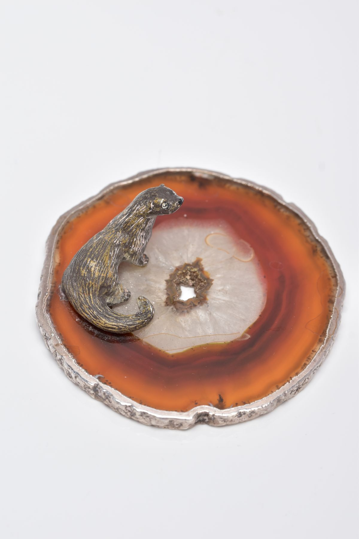 A WHITE METAL OTTER ON AN AGATE AND SILVER MOUNTED BASE, textured figure of an otter fixed onto a - Image 4 of 8
