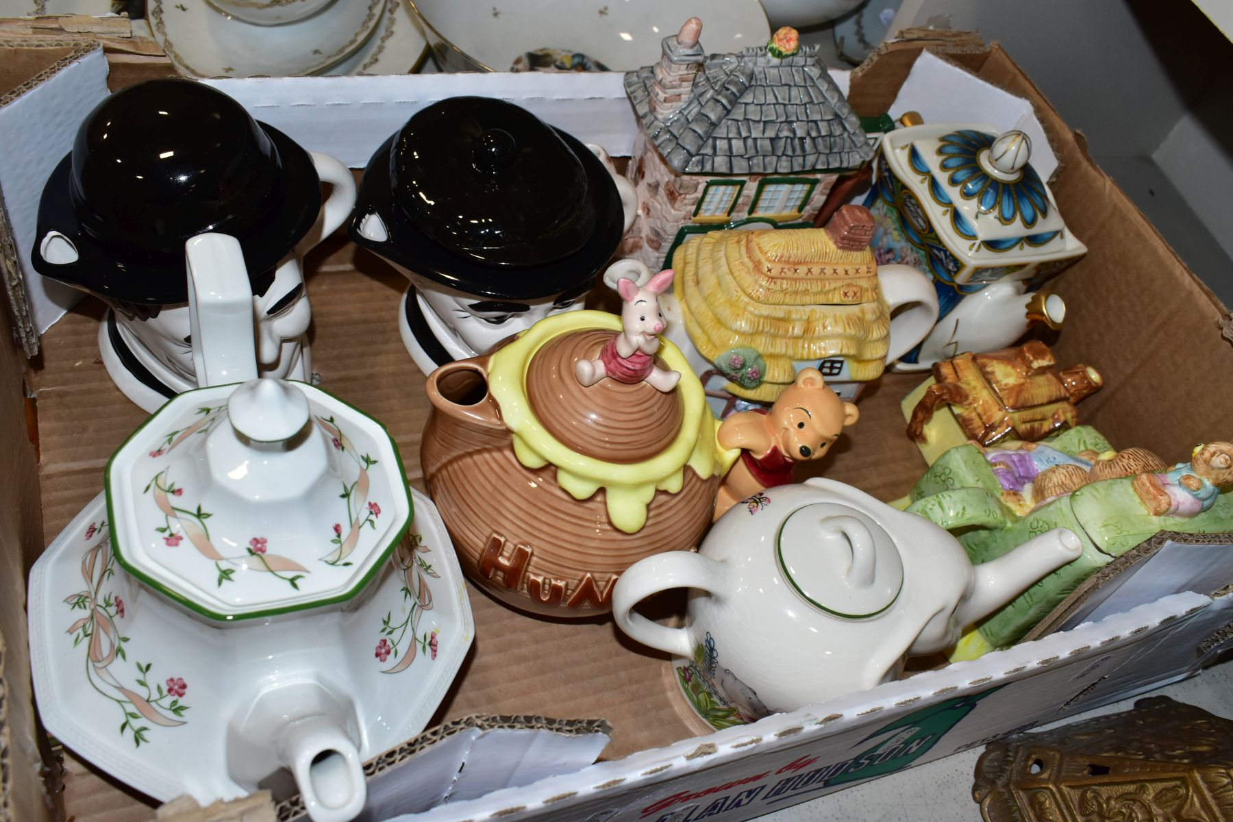 TWO BOXES AND LOOSE OF CERAMICS, GLASS AND METALWARE, including a Chinese Famille rose bowl,(chip - Image 13 of 13