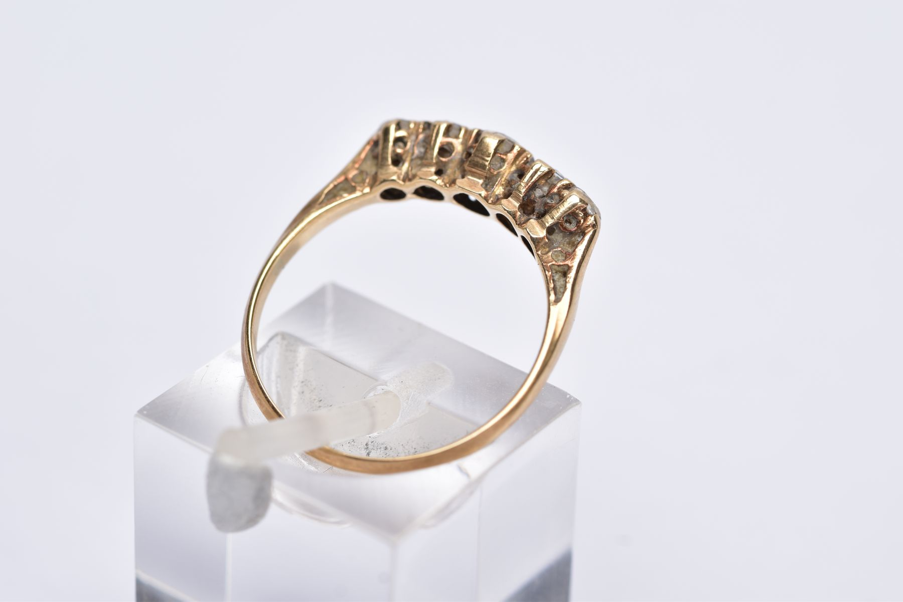 A YELLOW METAL FIVE STONE RING, designed with a row of graduate circular cut colourless spinel's - Image 3 of 4