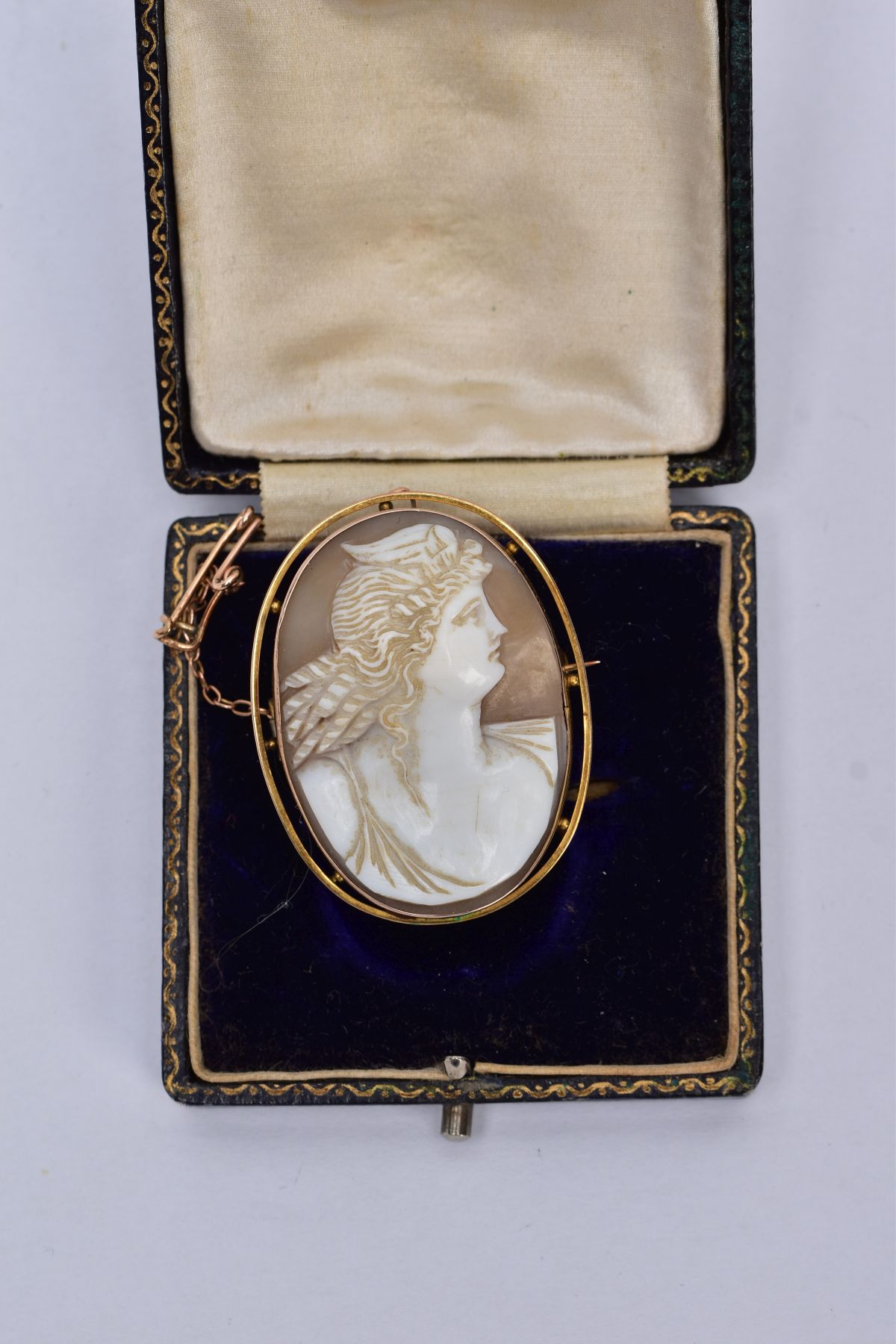 A GOLD CAMEO BROOCH, depicting a maiden in profile, measuring approximately 42mm x 33mm, stamped '