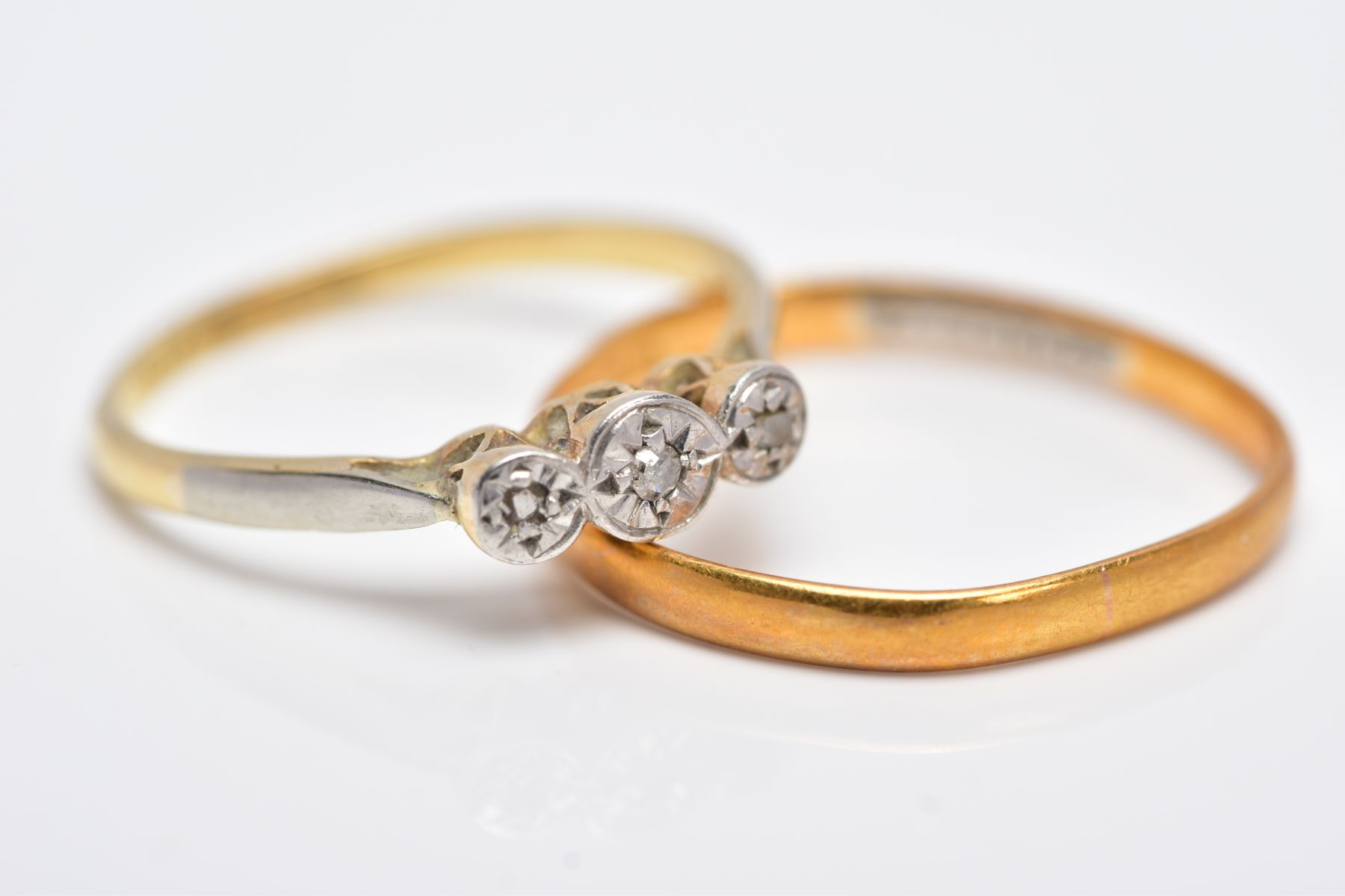 A YELLLOW METAL THREE STONE DIAMOND RING AND A 22CT GOLD BAND, the diamond ring centring on an - Image 2 of 3