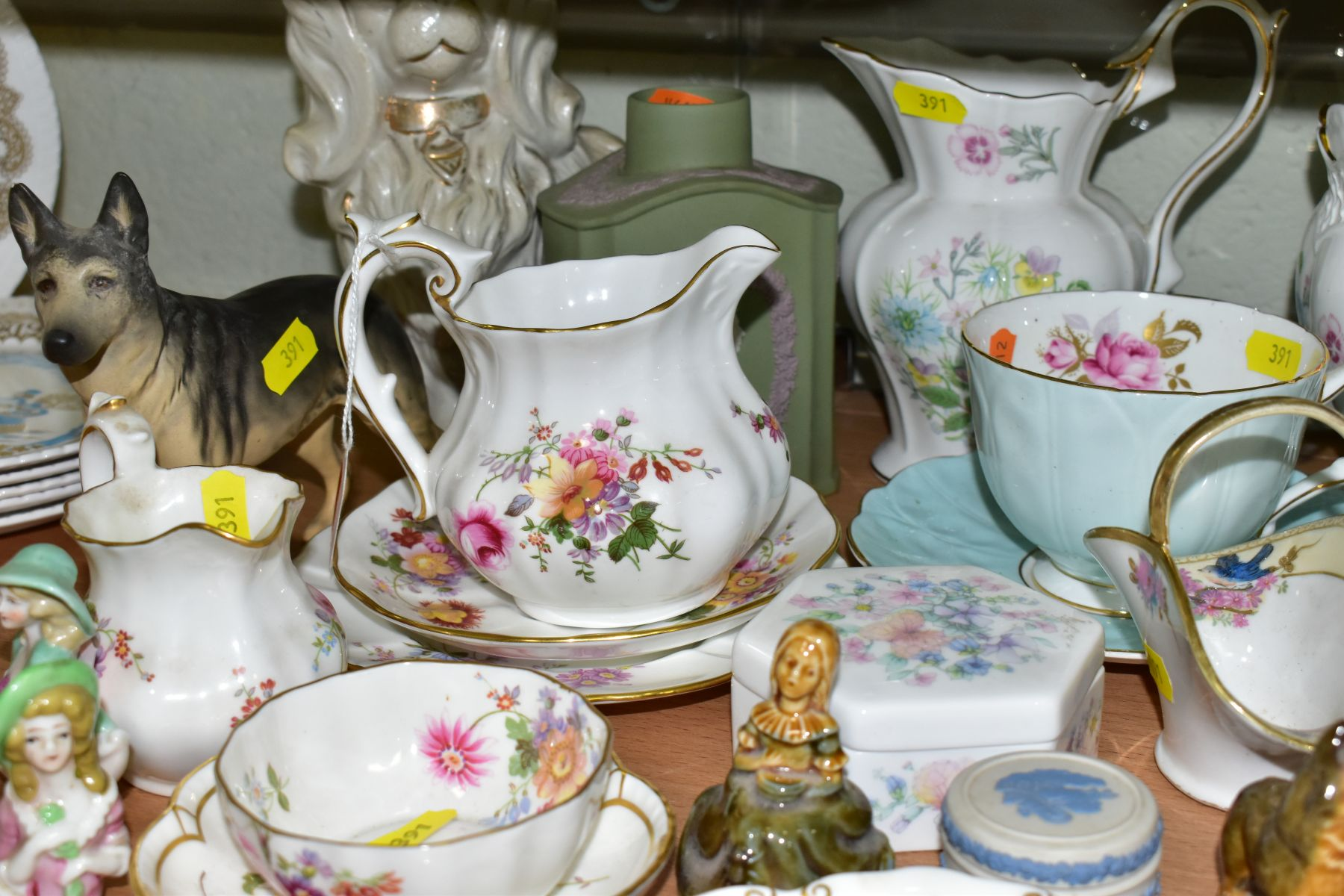 A GROUP OF ASSORTED WEDGWOOD, ROYAL CROWN DERBY, AYNSLEY, WADE, ETC, to include a Wedgwood 'The - Image 6 of 10
