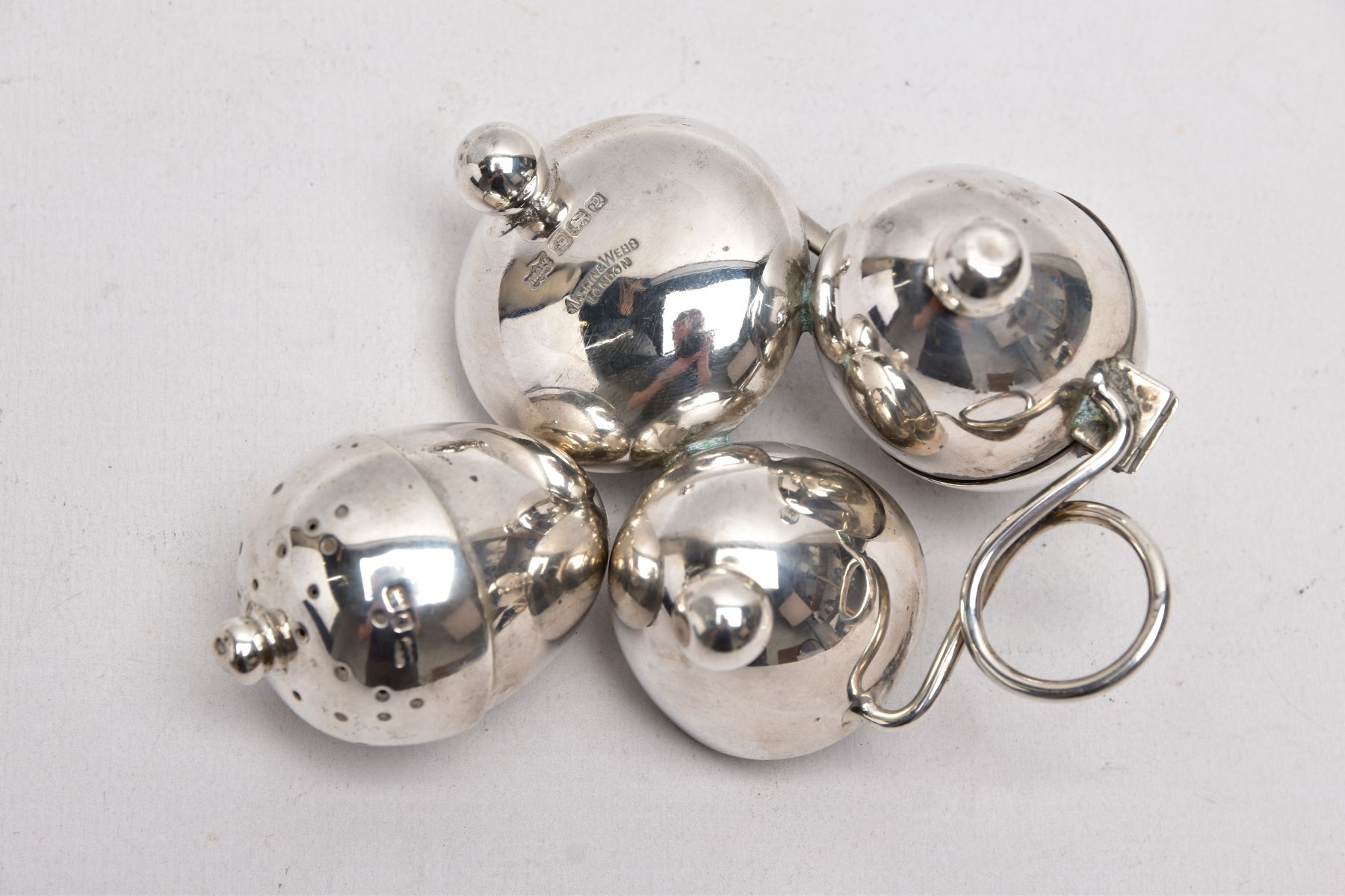 AN EARLY 20TH CENTURY 'MAPPIN & WEBB' CRUET SET, a three piece set with integral strand, - Image 5 of 5