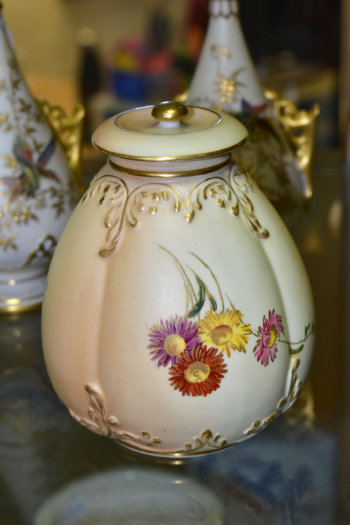 A SMALL COLLECTION OF ROYAL WORCESTER PORCELAIN, comprising a pair of blush ivory conical twin - Image 8 of 9