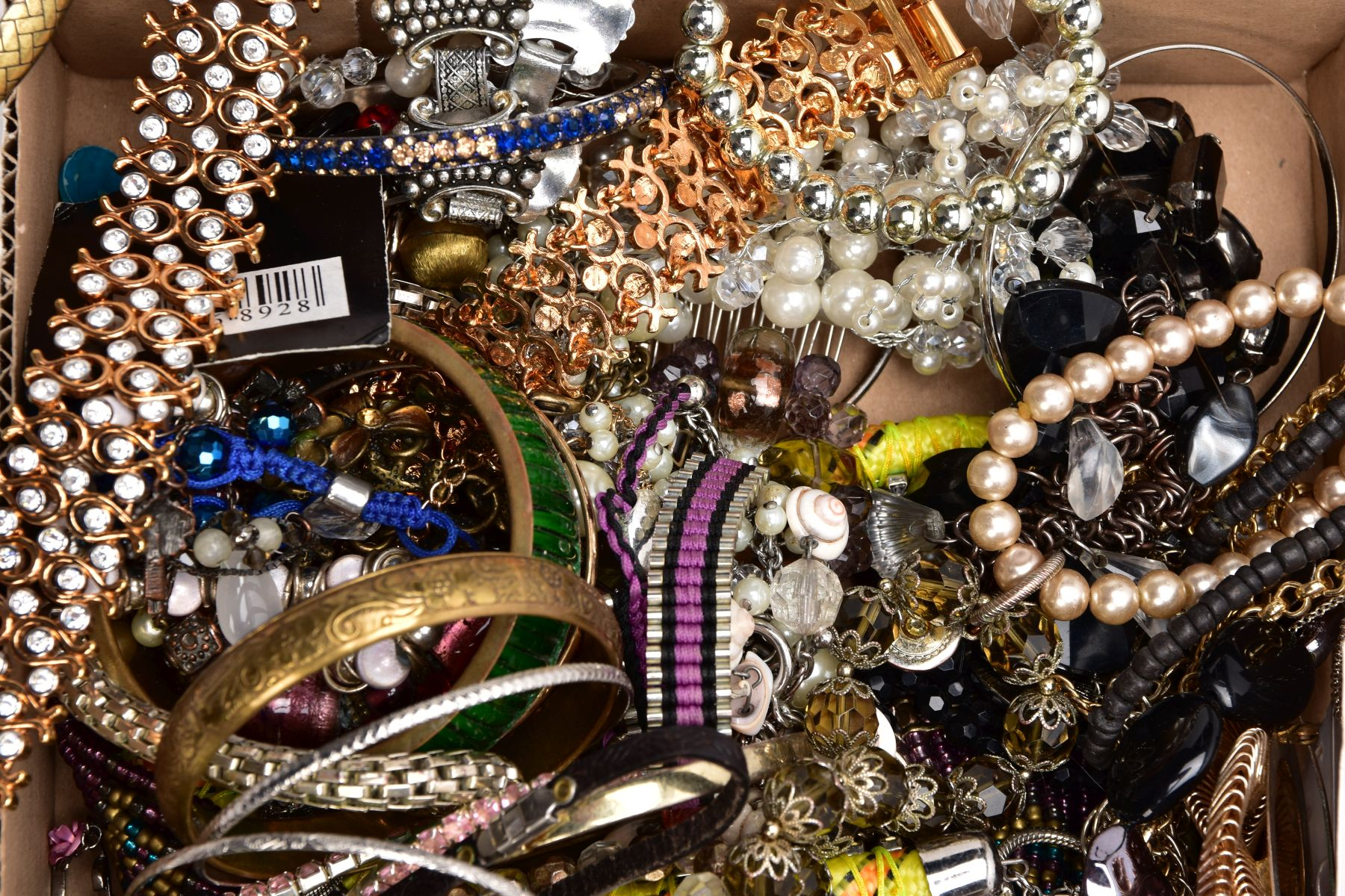 A TRAY OF ASSORTED COSTUME JEWELLERY, to include yellow and white metal necklaces of various - Image 3 of 4