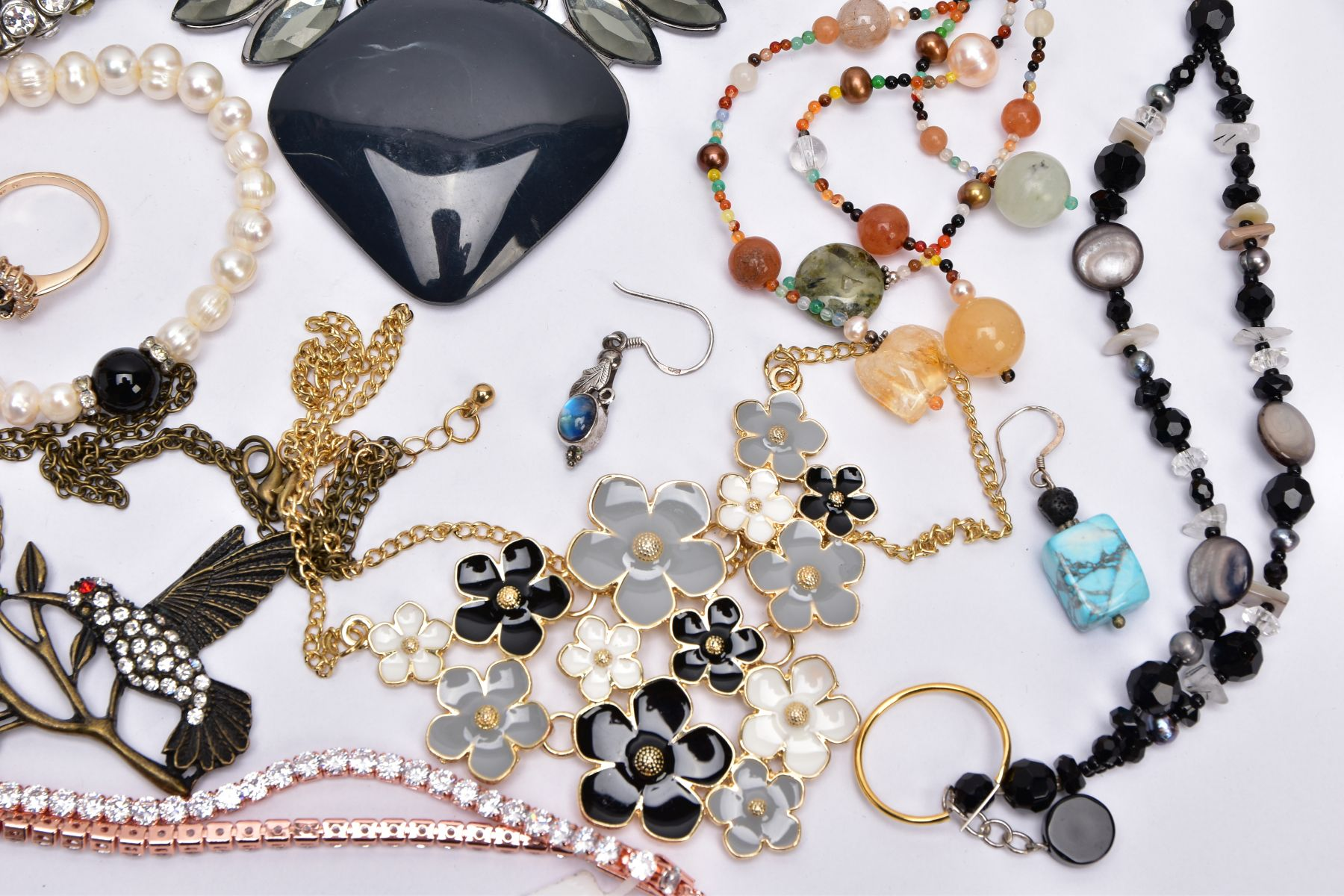 A BAG OF ASSORTED COSTUME JEWELLERY, to include a rose gold tone necklet set with cubic zirconia - Image 4 of 5