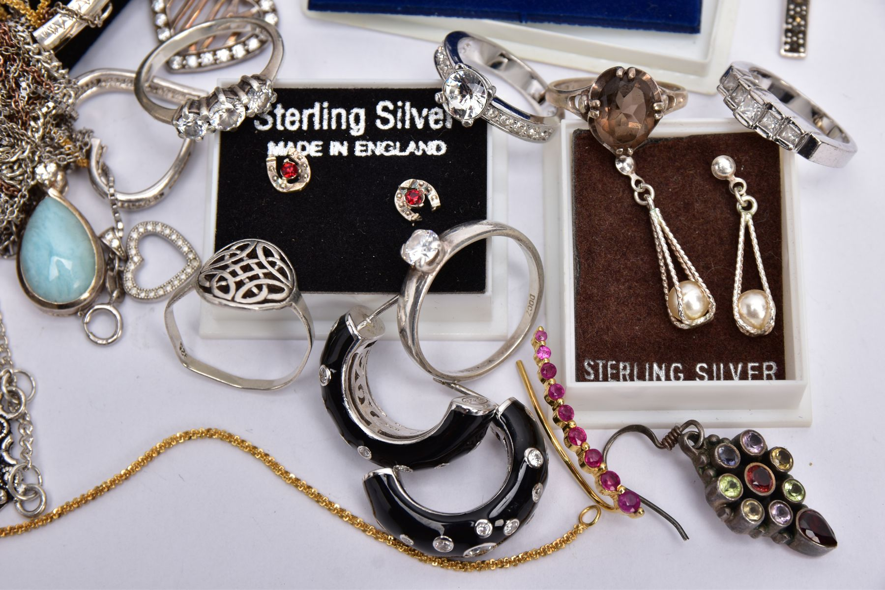 A BAG OF ASSORTED JEWELLERY, to include a silver ring set with an oval smokey quartz, bifurcated - Image 2 of 4