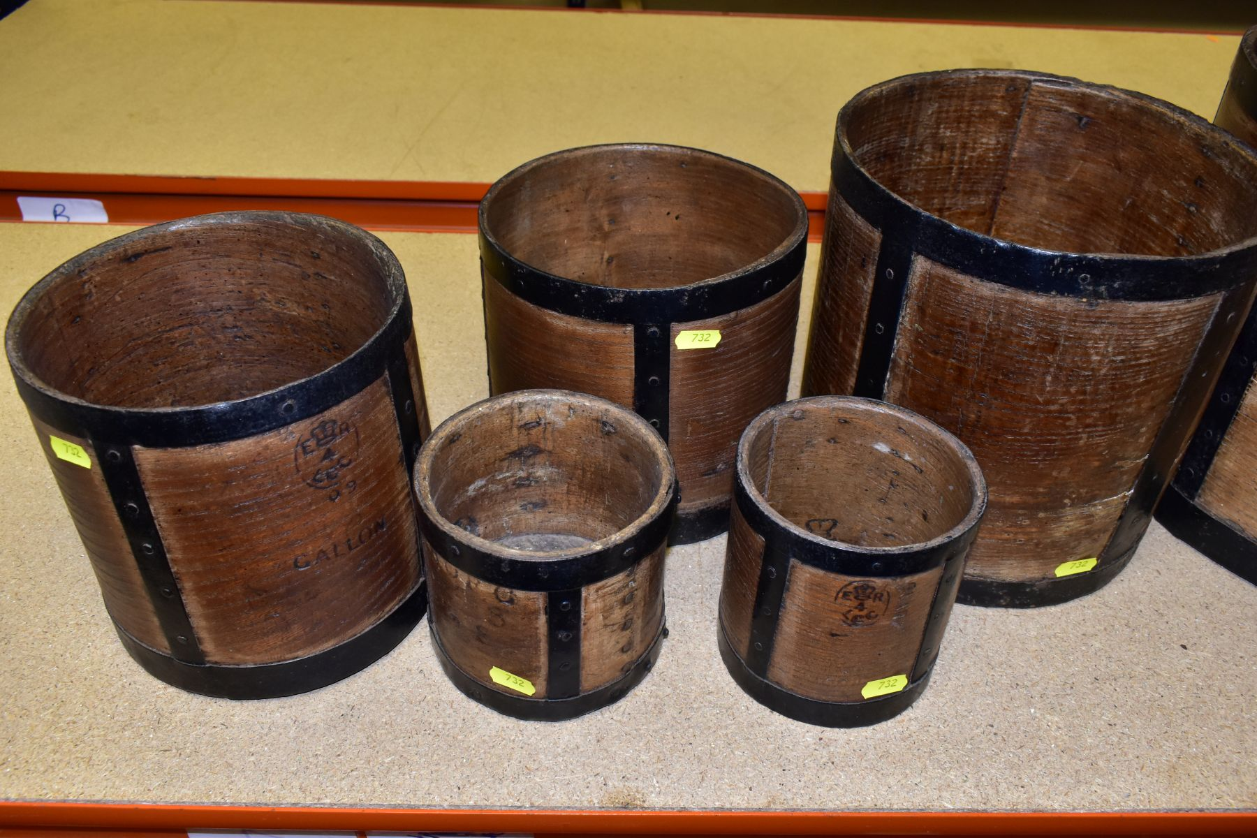 SIX BENTWOOD CORN MEASURES WITH IRON BANDING, sizes are half bushell, peck, gallon (x2) and quart ( - Image 6 of 6