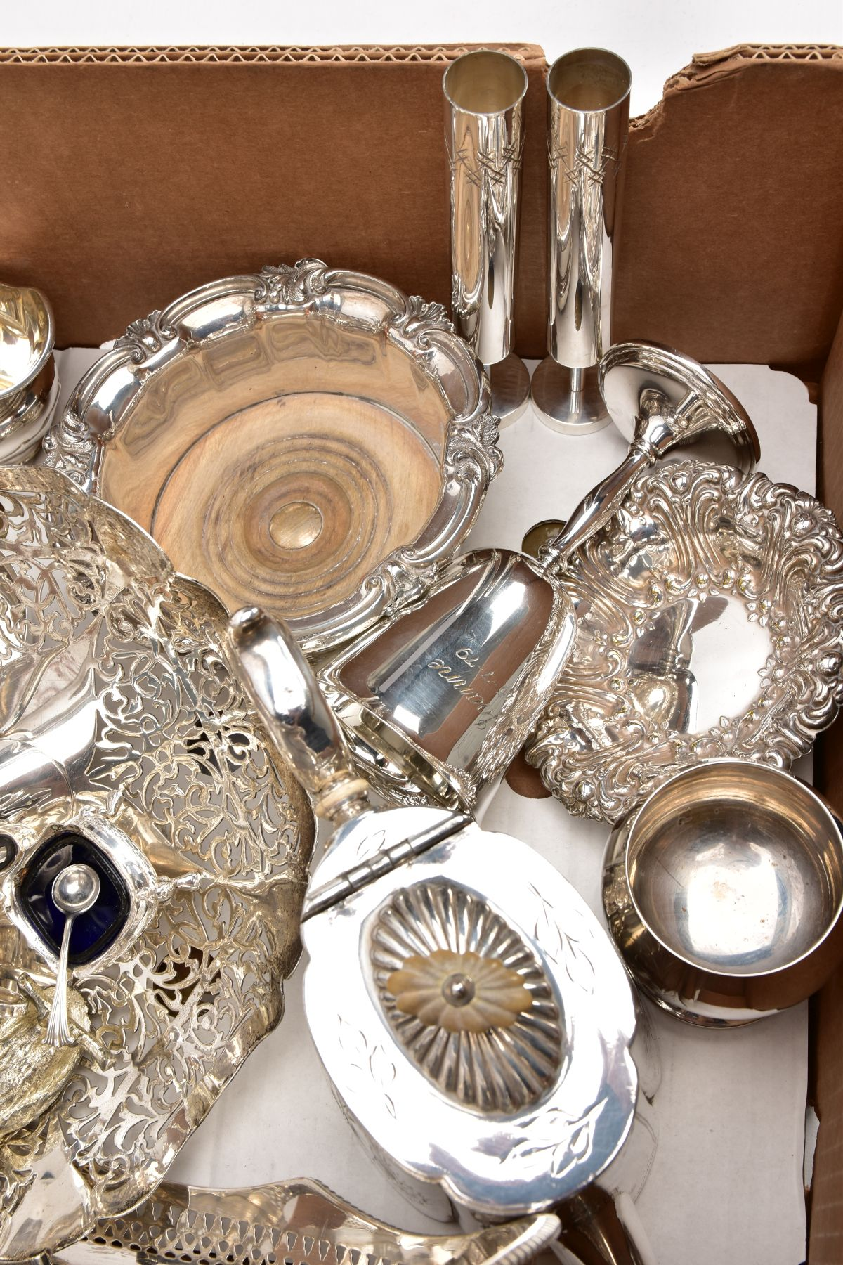 A BOX CONTAINING A QUANTITY OF SILVER PLATED ITEMS, to include a teapot and coffeepot with stand, - Image 6 of 7