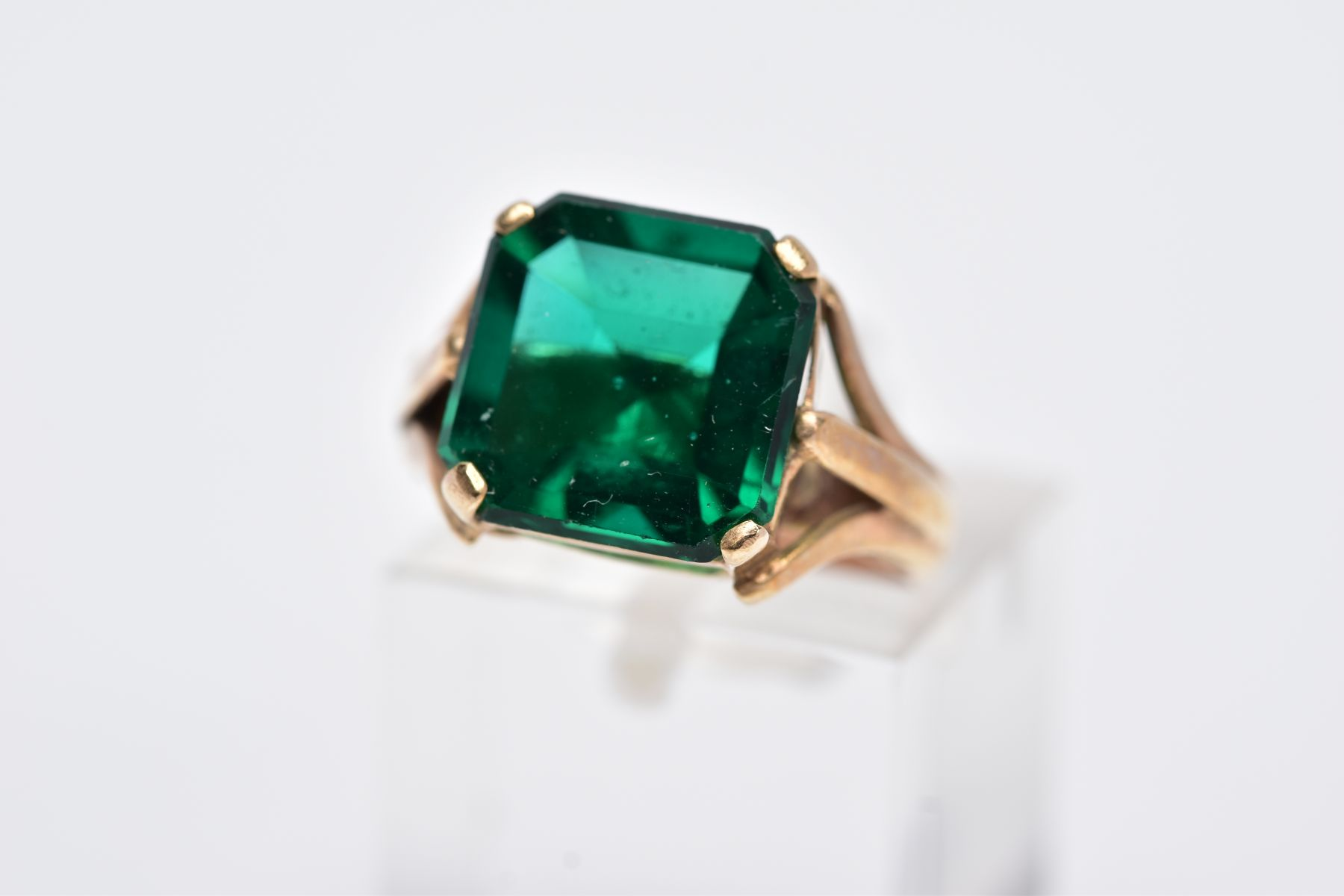 AN EARLY 20TH CENTURY 9CT GOLD SINGLE STONE GREEN PASTE RING, paste stone measuring approximately