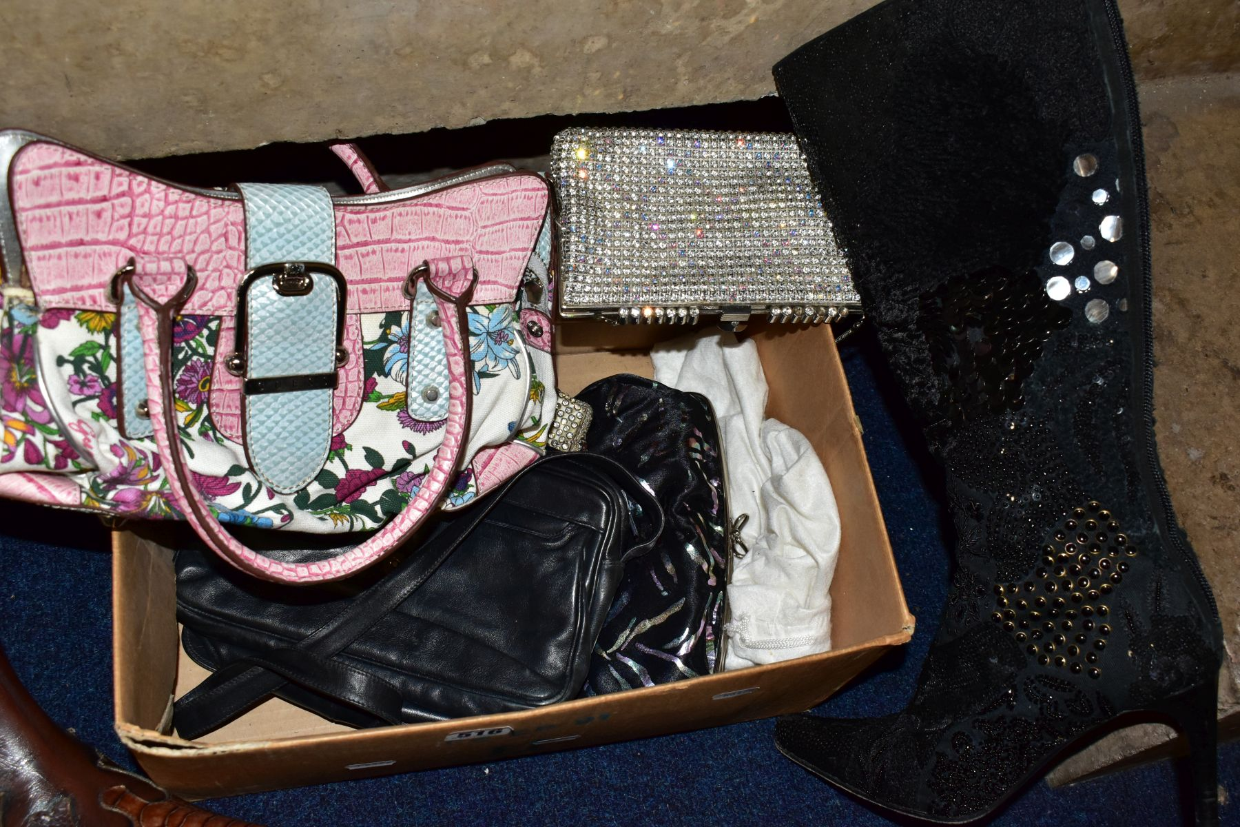 A QUANTITY OF LADIES SHOES AND HANDBAGS, EVENING BAGS, BOXED AND LOOSE, including a boxed pair of - Image 3 of 7