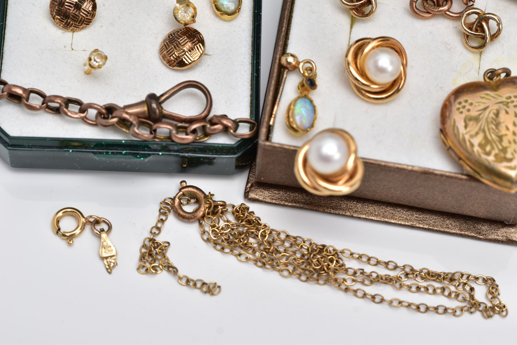 A BAG OF ASSORTED 9CT GOLD AND YELLOW METAL JEWELLERY PIECES, to include a pair of 9ct gold cultured - Image 4 of 6