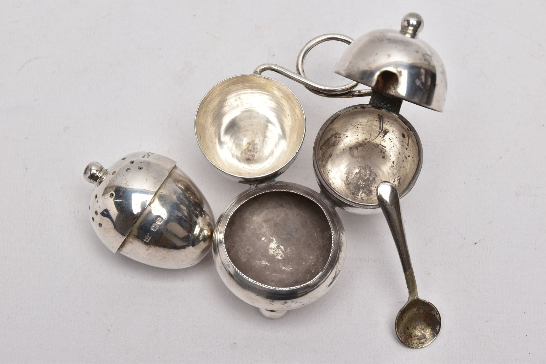 AN EARLY 20TH CENTURY 'MAPPIN & WEBB' CRUET SET, a three piece set with integral strand, - Image 4 of 5
