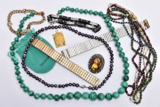 A BAG OF ASSORTED JEWELLERY, to include a graduated malachite bead necklace fitted with a screw