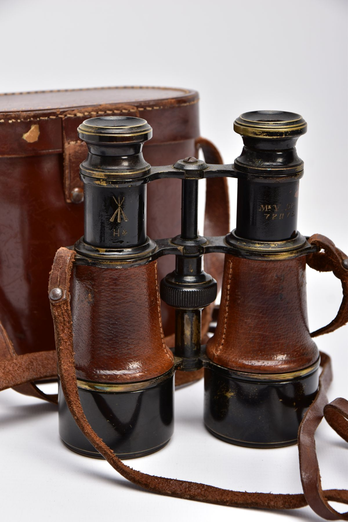 A BOXED PAIR OF FRENCH MADE MG (MINISTERE LA GUERE) WWI BINOCULARS, which are marked Mk V SPL & - Image 5 of 7