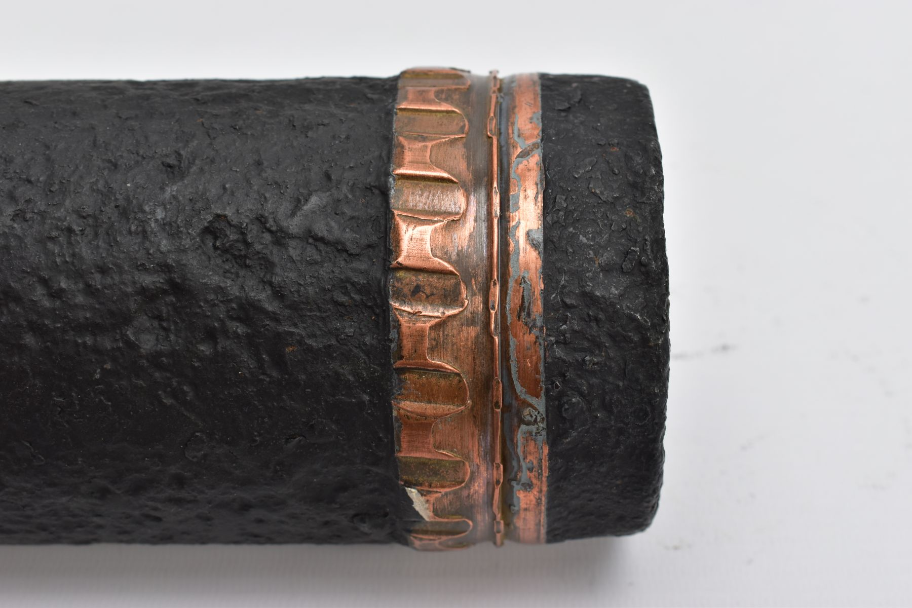 A 30CM TALL WWI ERA ARTILLERY/FIELD GUN SHELL, complete with fuse, BSC marked (Bethlehem Steel - Image 4 of 7