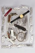 A BOX OF ASSORTED POCJKET AND FRUIT KNIVES, TWO WHITE METAL SHIRT SLEEVE BANDS AND A GENT'S