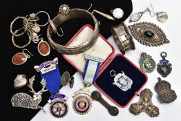 A TRAY OF SILVER AND WHITE METAL ITEMS, to include a silver hinged bangle, decorative floral