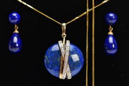 A YELLOW METAL LAPIS LAZULI AND DIAMOND PENDANT NECKLACE AND EARRING GIFT SET, the pendant