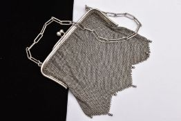 AN EARLY 20TH CENTURY SILVER CHAIN MAIL PURSE, chain mail body with a zag-zag detailed base,