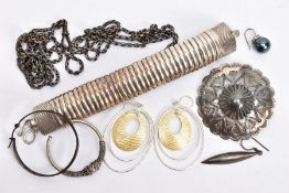 A SELECTION OF SILVER AND WHITE METAL JEWELLERY, to include a pair of drop earrings, a scalloped