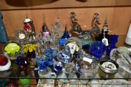 A GROUP OF 20TH CENTURY COLOURED AND CLEAR GLASSWARE, including assorted paperweights, two quartz