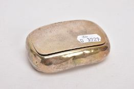 AN EARLY 20TH CENTURY SILVER TABLE SNUFF BOX, of a rounded rectangular form, plain polished