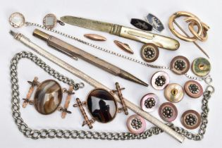 A SELECTION OF ASSORTED ITEMS, to include a silver articulated bracelet, fitted with an integrated