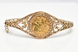 A HALF SOVEREIGN BANGLE, the 1982 half sovereign mounted to the centre of the bangle, to the