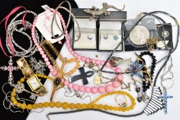 A BAG OF ASSORTED COSTUME JEWELLERY, to include a yellow quartz, graduated bead necklace fitted with