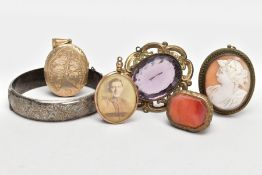 A SELECTION OF JEWELLERY, to include a yellow metal oval locket, engraved with a foliate design, a