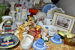 A GROUP OF CERAMIC PLATES, GIFTWARES, ORNAMENTS, ETC, to include Royal Doulton 'Old Bear and