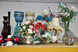 A GROUP OF CONTEMPORARY/LATE 20TH CENTURY TABLE LAMPS, JARDINIERES AND VASES WITH ARTIFICIAL